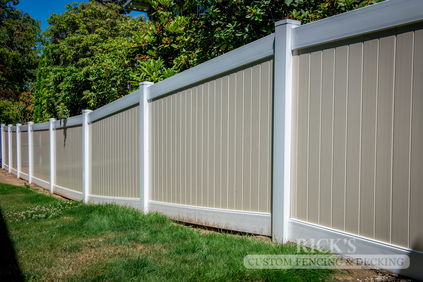 3039 - Vinyl Privacy Fencing