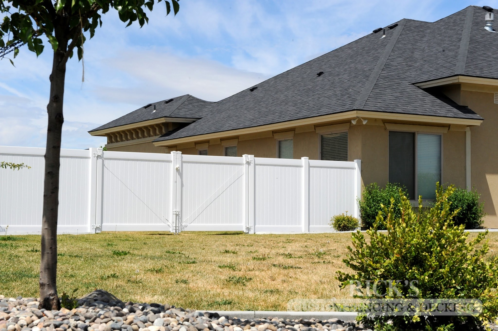 3004 - Vinyl Privacy Fencing