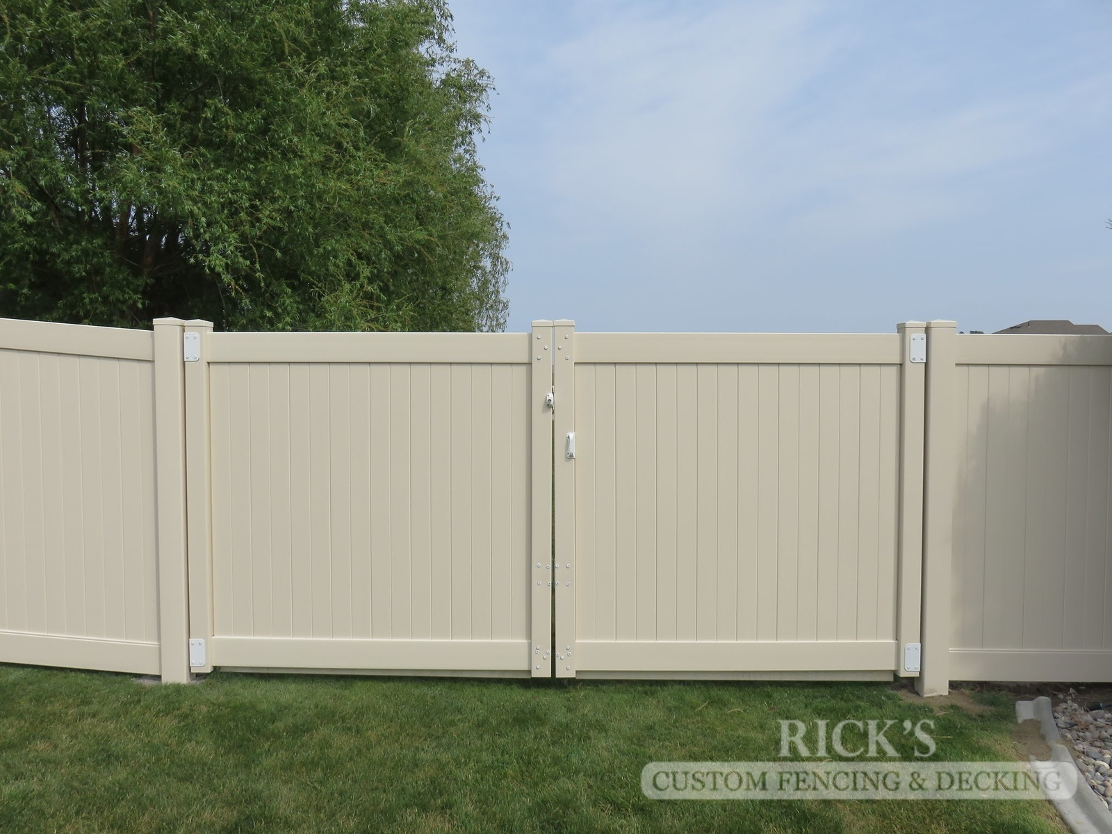3019 - Vinyl Privacy Fencing
