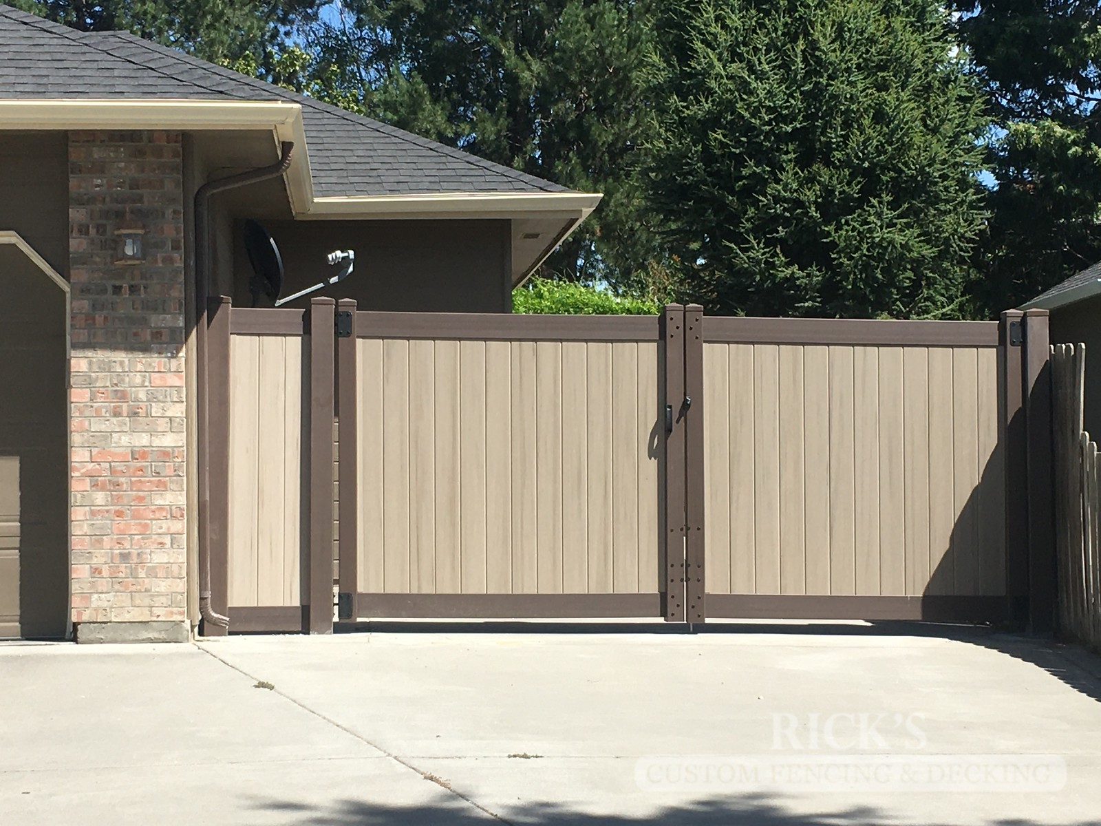 3051 - Vinyl Privacy Fencing