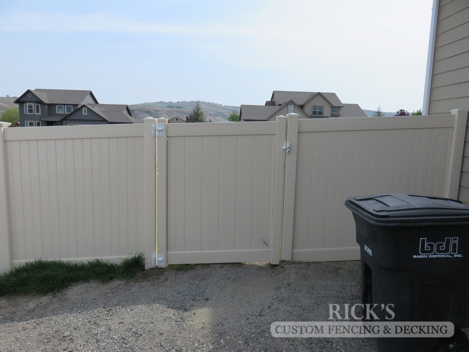 3016 - Vinyl Privacy Fencing