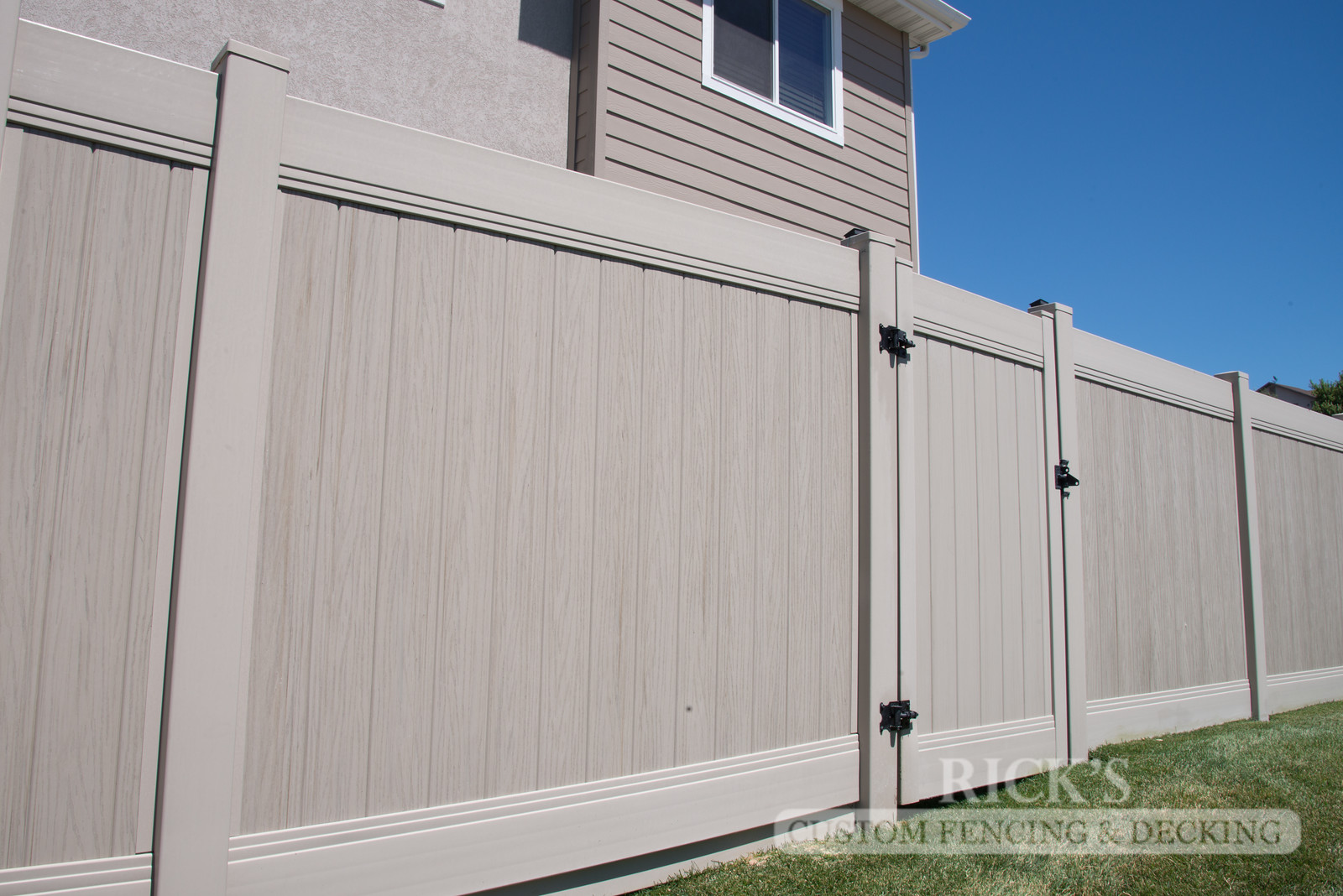 3033 - Vinyl Privacy Fencing