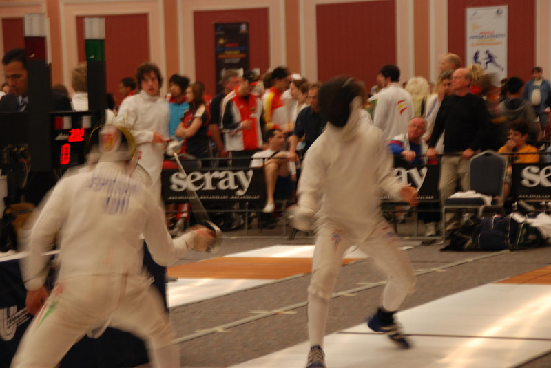 The Kuwaiti fencer hasn't scored in the first minute.