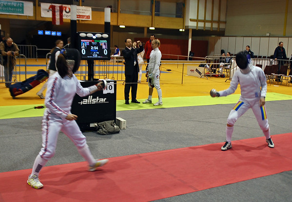 Nina Moiseiwitsch (left) competing against a Romanian fencer.