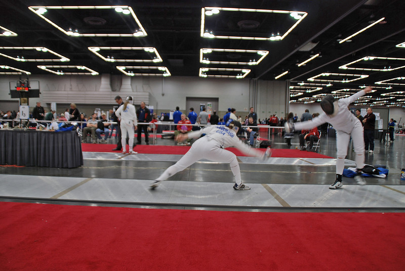 Katharine Holmes (right) vs Evelyn Scarborough in the round of 32 in the Division I Women's Epee.