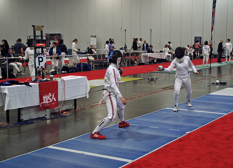 Nina Moiseiwitsch (left) in the DE Round of the Under-19 Women's Epee.