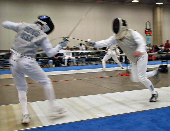 Julian Moiseiwitsch (right) fleches in the Veteran Men's Foil.