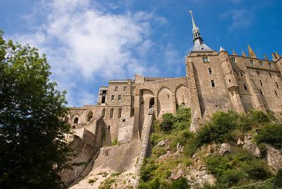 Mont Saint-Michel - þarna sést í aðfangalyftuna.