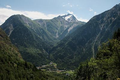 Til vinstri er La Coche og í miðjunni er Grande Roche de la Muzelle (3464 m), ferðinni er heitið upp í dal hægra megin við tindinn.