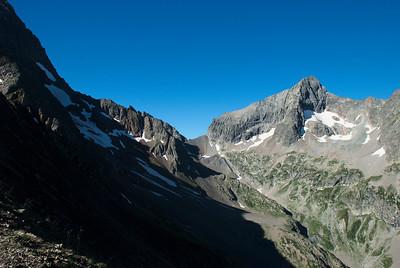 Skarðið heitir Col de la Muzelle og er í 2613 m. Tindurinn hægra meginn heitir Pic du Clapier du Peyron og er 3169.