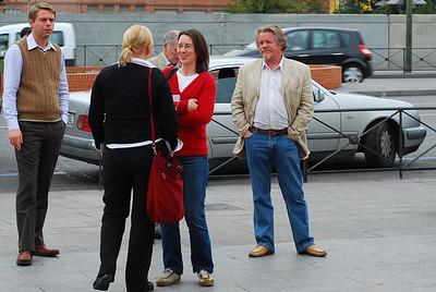Berglind spjallar við Hildi, Skarphéðinn og Kristinn fylgjast með