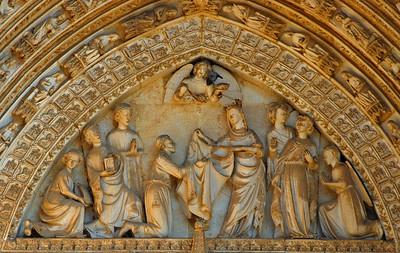Skreyting fyrir ofan innganginn á dómkirkjunni í Toledo