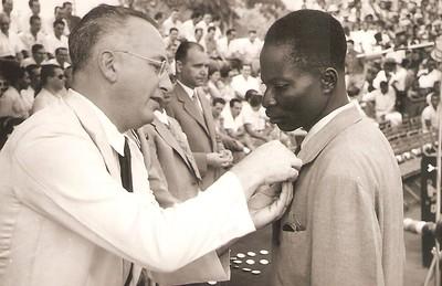 Dundo  1957?  Entrega de medalhas