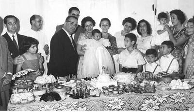 Festa de baptizado da Isabel Reis Avo Carvalho, pais Reis, sra do Ressurreicao e os 3 filhos ( Mica' ao colo)