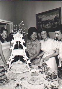 Lukapa.24/9/1972. NANY TAVARES E TOZÉ LOURENÇO Paula Borges, Esperanca Josefa ( que fez o bolo) com os noivos