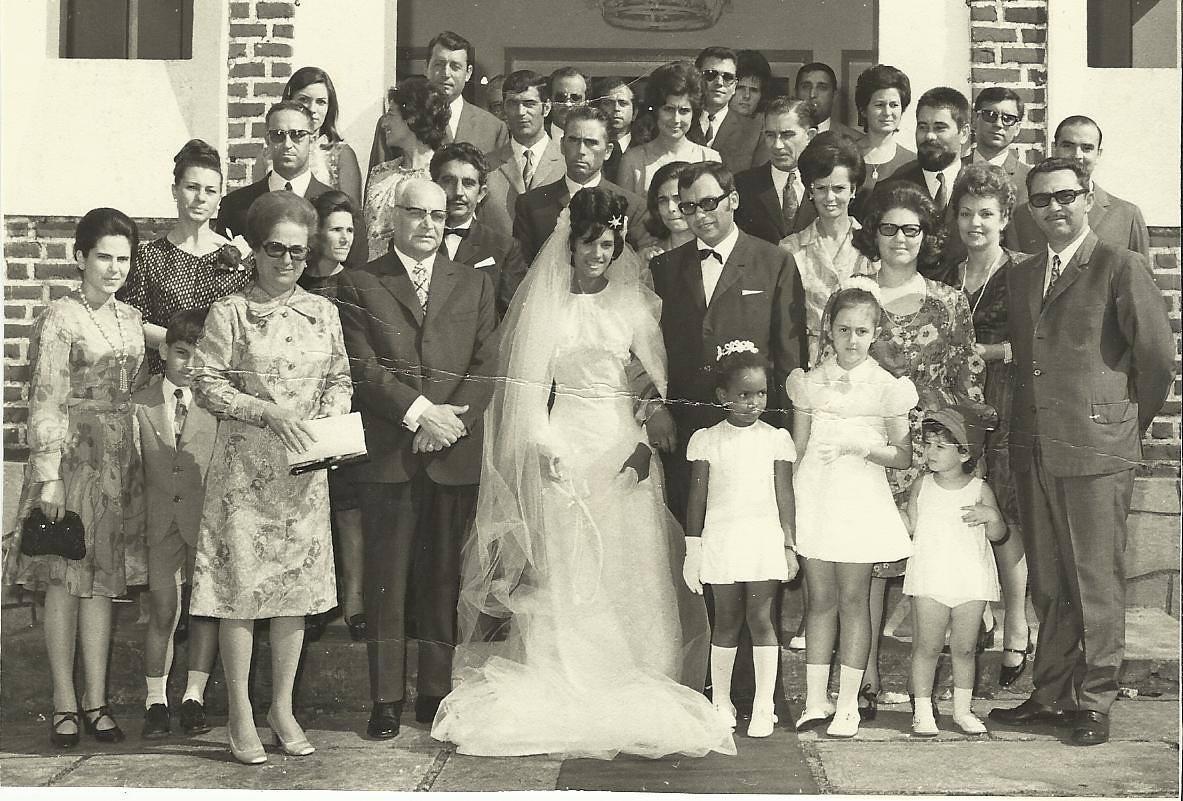Andrada do lado esquerdo: Família Bexiga: Lili, filho Emilia Bexiga e Bexiga, o casal Ernesto Morais  a sra do Gigante ao centro,  do lado direito: Dr. Santos David,  Maria da Graça Rebelo da silva, Dr. Rebelo da Silva Maria Joao Santos David