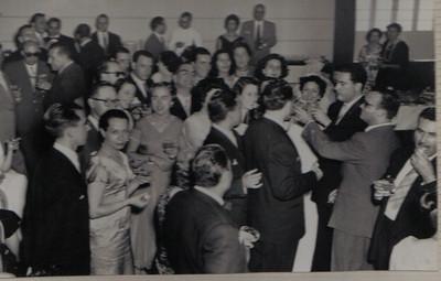 Dundo. 1957. MILA E ANTÓNIO REIS. Casa do Pessoal do Dundo. À esquerda vê-se o casal Feronha e à direita os noivos e o pai da noiva Alberto Carvalho.