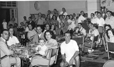1953 - No bar da Casa do Pessoal do Dundo Festa apos campeonato de Tenis? Mesa em frente: Maldonado Ferreira, Mário Correia, António Gomes (electricista em Andrada) Quésinha (esposa de A. Gomes) Vêem-se também o Mário Correia que é o segundo da esquerda e, a seguir o Martinez. Mila Reis a' direita