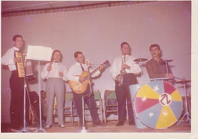 Conjunto ZL ( zona leste) Caceiro (acordeão), Tavares( saxofone), Miguel( viola)