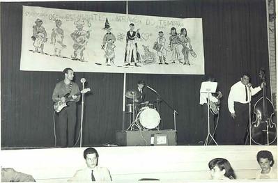 Dundo- Despedida dos estudantes -1966-Fim de férias ?,Vicky, Levi, Cordeiro,  Sentados: Manel Fernando Pinho Barros, Luisa Aragão e Brito e Linda Madureira