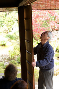 How to close the Rain Shutters at Nishimura Villa (Shinto Priest Home)  Guide Explanation how to move it arround a Corner