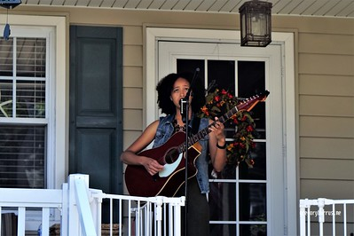 20170904 Elan Varner at Maplewood Porchfest 0120