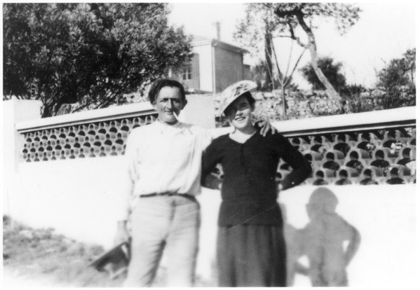 Unknown couple standing at villa in Sanary, [s.d.]