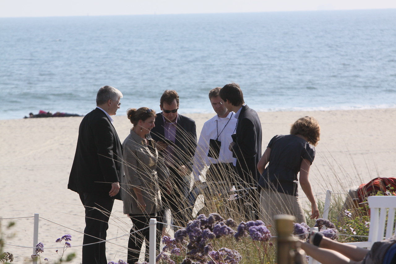 Uwe Feuersenger (L), Partner and CEO of aeris CAPITAL AG, lands on the beach with Matthias Hohensee, Senior U.S. Correspondent for Wirtschaftschwoche; Niall Davis, Partner, aeris CAPITAL AG; Georg Kopetz, Executive Board Member of FiReStarter company TTTech Computertechnik AG; and guests