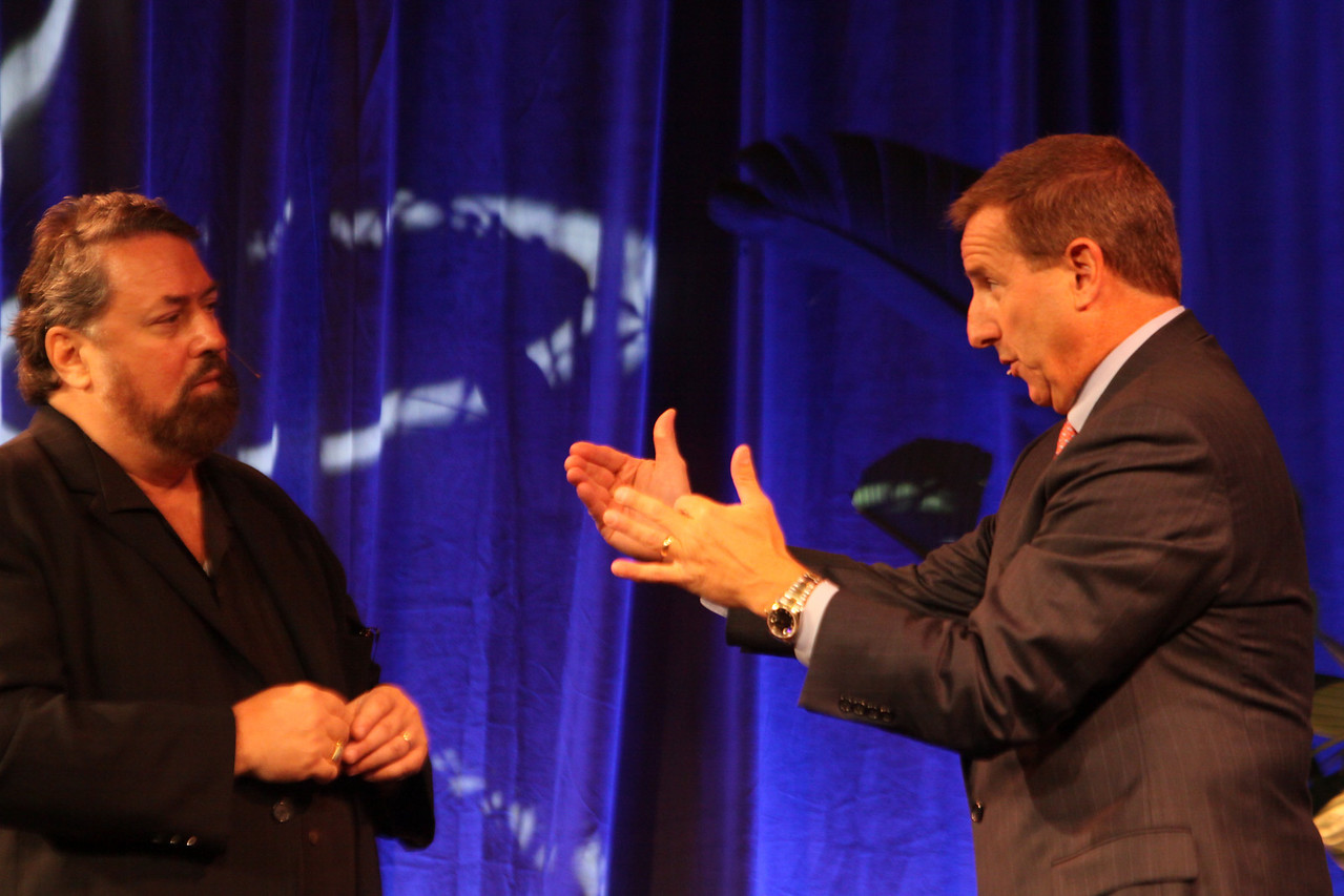 Keynote speaker Mark Hurd (R), CEO, Hewlett-Packard; with host Mark Anderson, SNS CEO and FiRe Chair