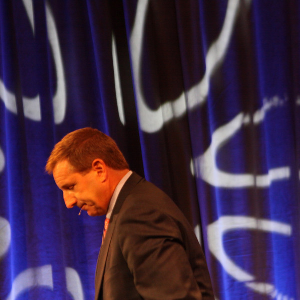 Keynote speaker Mark Hurd (R), CEO, Hewlett-Packard