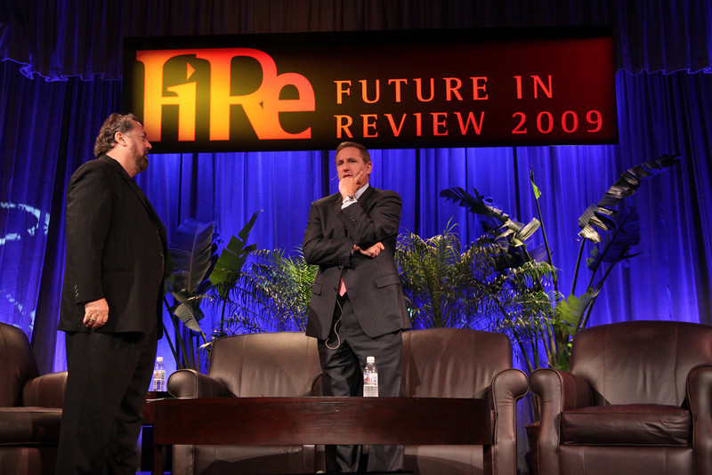 And they're on their feet: Keynote speaker Mark Hurd (R), CEO, Hewlett-Packard; with host Mark Anderson, SNS CEO and FiRe Chair