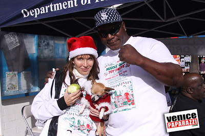 12 14 08 Muscle Beach Toy Drive   Presented by Bodybuilding com, Joe Wheatley Productions and City of L A   Hot chocolate sponsored by Fruit Gallery   Photo by Venice Paparazzi (254)