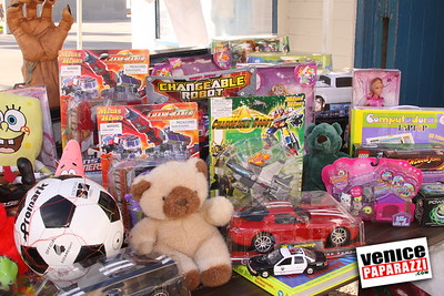 12 14 08 Muscle Beach Toy Drive   Presented by Bodybuilding com, Joe Wheatley Productions and City of L A   Hot chocolate sponsored by Fruit Gallery   Photo by Venice Paparazzi (16)