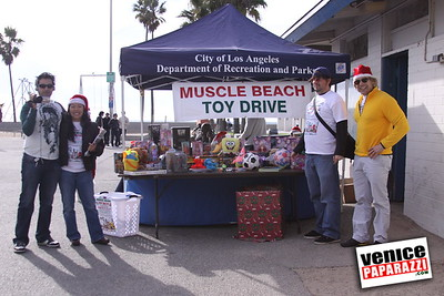 12 14 08 Muscle Beach Toy Drive   Presented by Bodybuilding com, Joe Wheatley Productions and City of L A   Hot chocolate sponsored by Fruit Gallery   Photo by Venice Paparazzi (260)