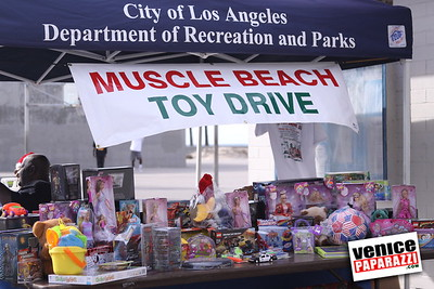 12 14 08 Muscle Beach Toy Drive   Presented by Bodybuilding com, Joe Wheatley Productions and City of L A   Hot chocolate sponsored by Fruit Gallery   Photo by Venice Paparazzi (258)