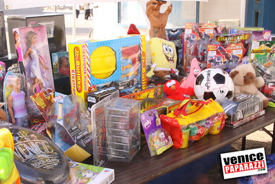 12 14 08 Muscle Beach Toy Drive   Presented by Bodybuilding com, Joe Wheatley Productions and City of L A   Hot chocolate sponsored by Fruit Gallery   Photo by Venice Paparazzi (13)