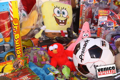 12 14 08 Muscle Beach Toy Drive   Presented by Bodybuilding com, Joe Wheatley Productions and City of L A   Hot chocolate sponsored by Fruit Gallery   Photo by Venice Paparazzi (17)