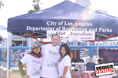 12 14 08 Muscle Beach Toy Drive   Presented by Bodybuilding com, Joe Wheatley Productions and City of L A   Hot chocolate sponsored by Fruit Gallery   Photo by Venice Paparazzi (21)