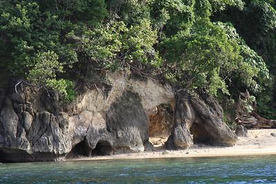 Wzdłóż calej wyspy są malutkie plaże dostępne tylko od strony wody