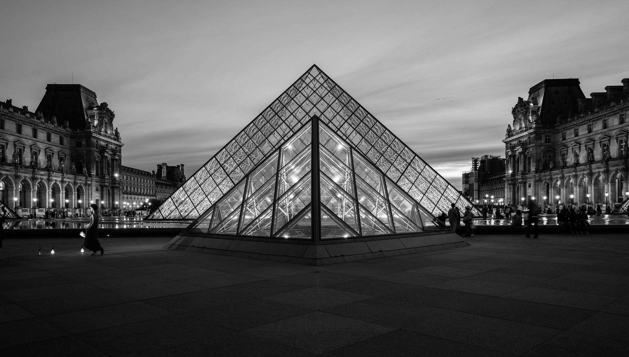 Awe Inspiring Photos   Night at the Louvre