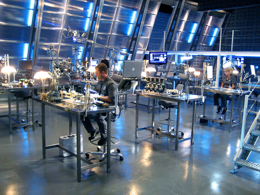 – ROBOSAPIEN – Feature film<br><br>Robotics lab, technicians' workstations. <br>* Built on stage