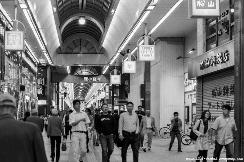 Fujifilm neopan pro 400 -Crowd at Tanuki Koji at Sapporo