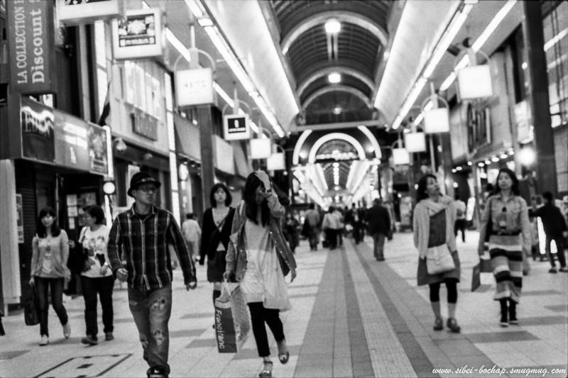 Fujifilm neopan pro 400 - couple at Tanuki Koji