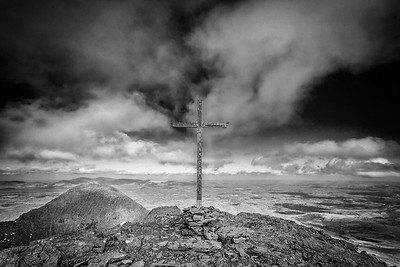 Cross at the summit of Carrahtouhil