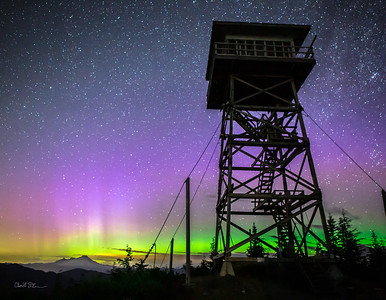 The aurora under the North Mountain Lookout