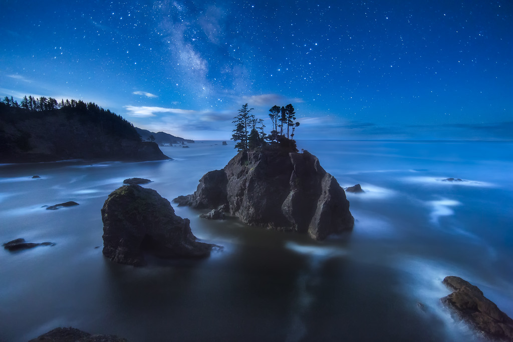 night sky astrophotography photo of milky way and sea stacks along the oregon coast