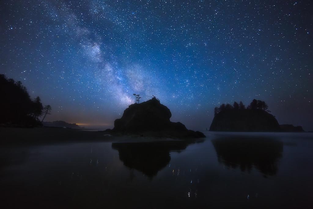 Photo of the milky way galaxy stars and night sky at second beach on the Washington Coast