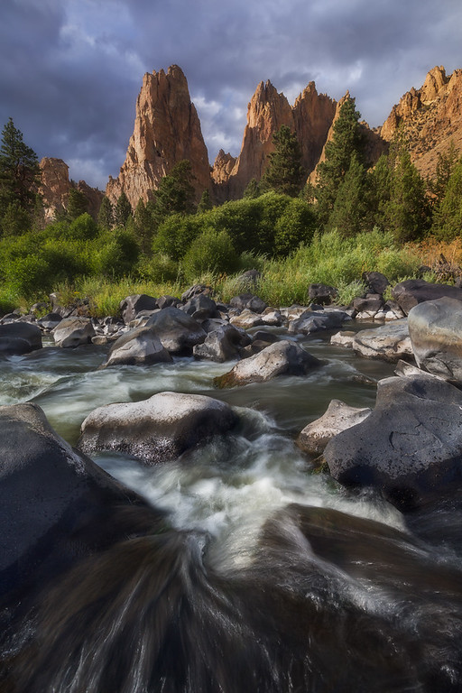 Photo of a river and mountains at smith rock oregon