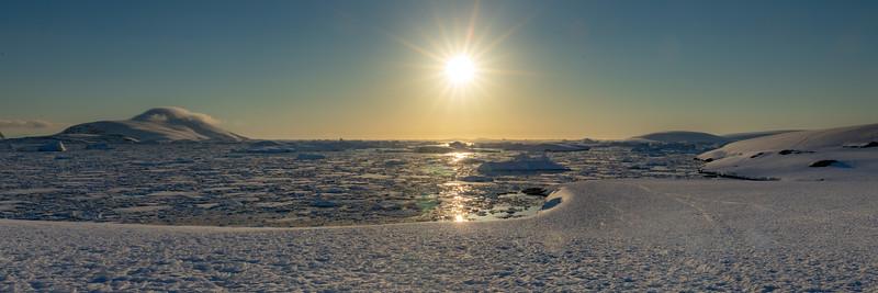 Kurz vor Sonnenuntergang in der Nähe 66 Grad südlicher Breite