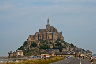 Wonderful little city at the north of France, Bretagne, almost entirely run in turn of this one great church.  íncrivel cidadezinha no norte da França, Bretagne, que gira quase que exclusivamente em torno desta gigante igreja.